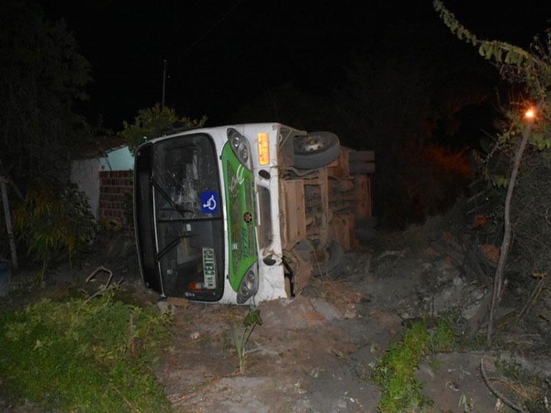 Conquista: Ônibus do transporte urbano tomba após cair de barranco