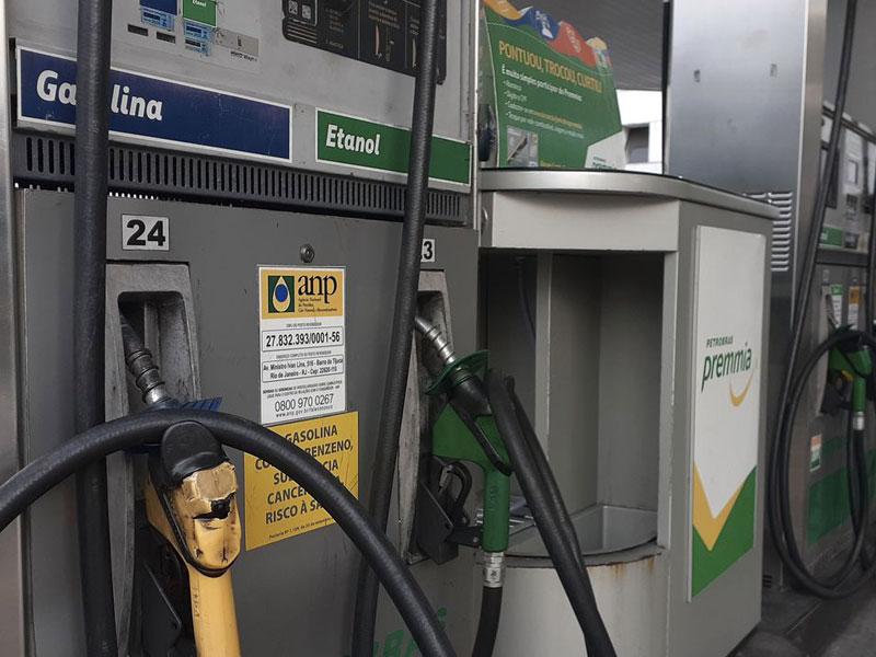 """""""Dá para reduzir preço dos combustíveis em 10% com mudança no imposto"""", diz Bolsonaro"""