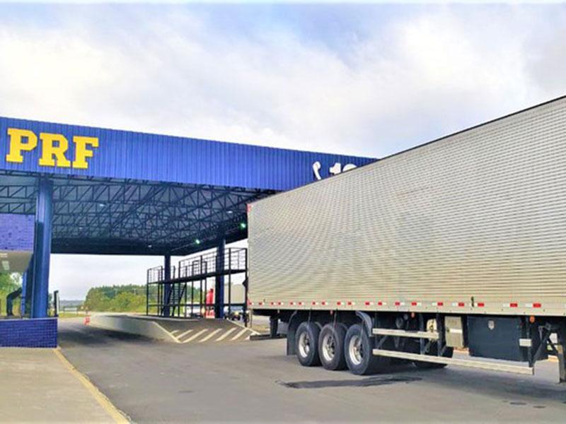 PRF flagra caminhão com 750 mil maços de cigarros sem nota fiscal na BR-116 em Vitória da Conquista