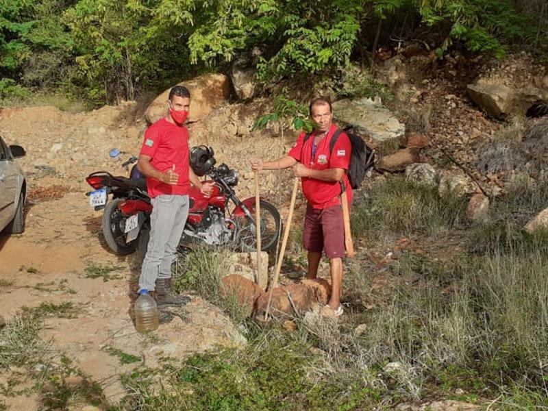 Guardiões Ambientais da Serra das Almas realizam recolhimento de lixo e replantio de ipês na cachoeira véu de noiva em Livramento de Nossa Senhora