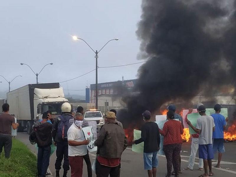 Feira de Santana: Manifestação interdita BR-324 e causa congestionamento