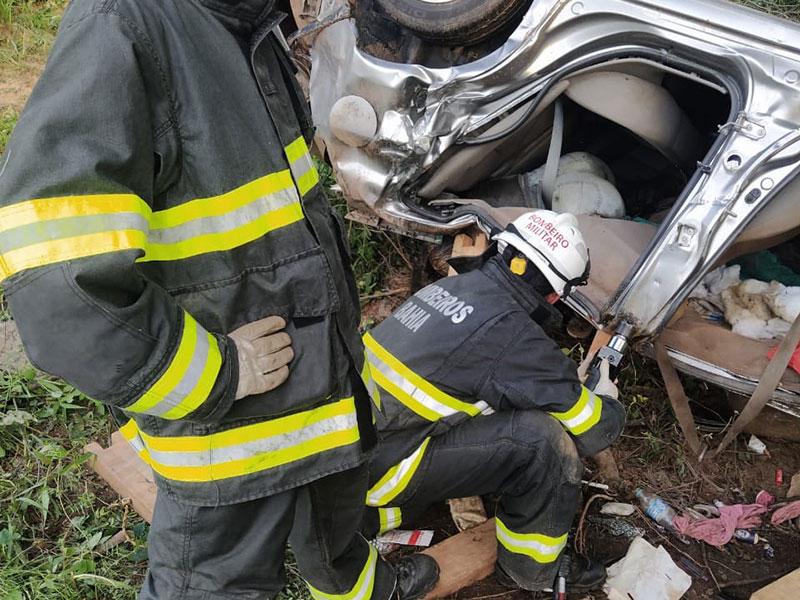 Bombeiros do 17º GBM resgatam corpos encontrados dentro de carro caído em ribanceira