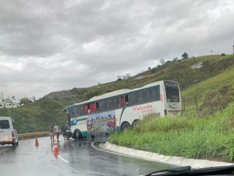 Ônibus bate de frente com carreta na BA-263 trecho da Serra do Marçal