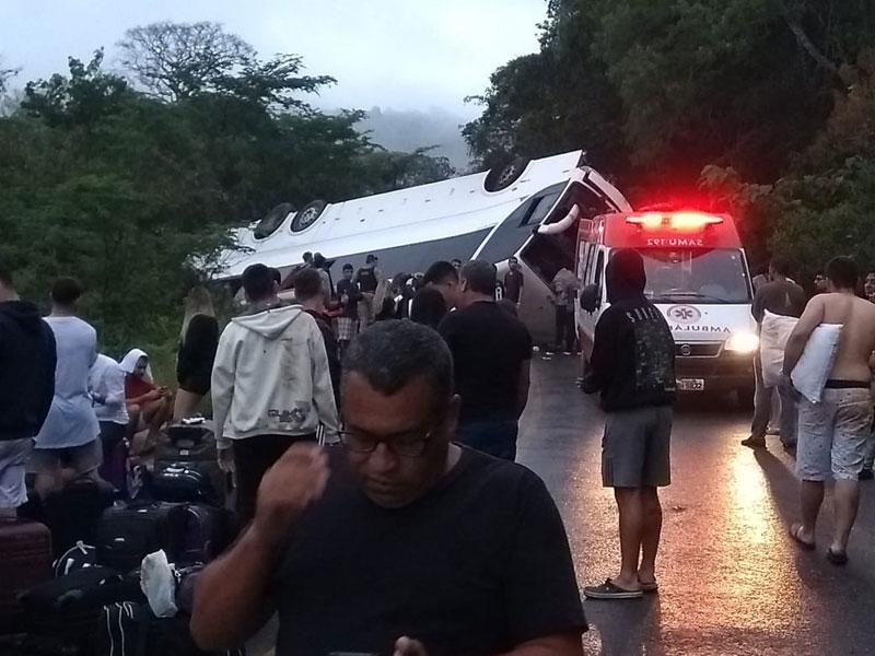 Ônibus tomba na BR-259, perto do Serro, na Região Central de MG