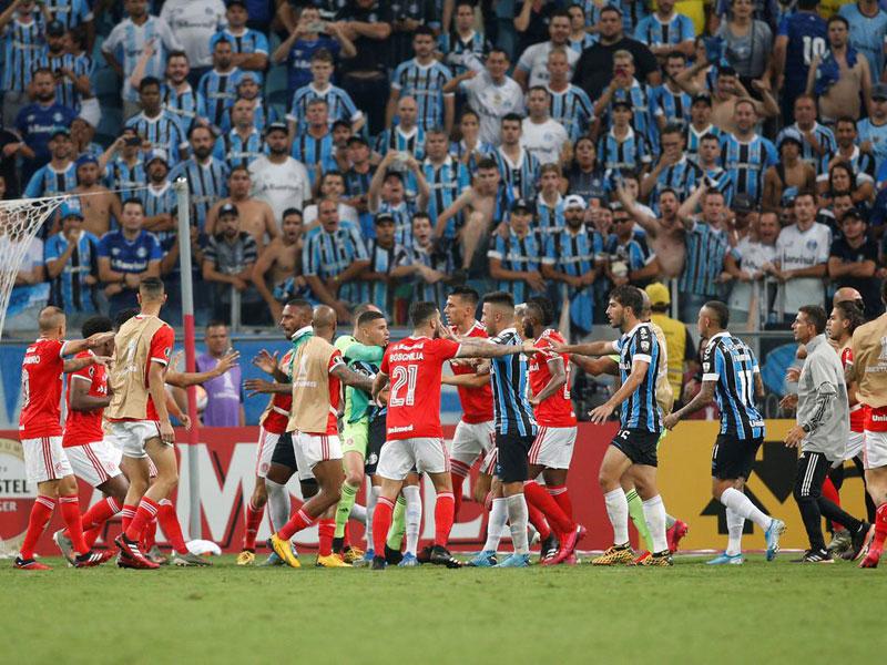 Primeiro Grenal da Libertadores termina em confusão