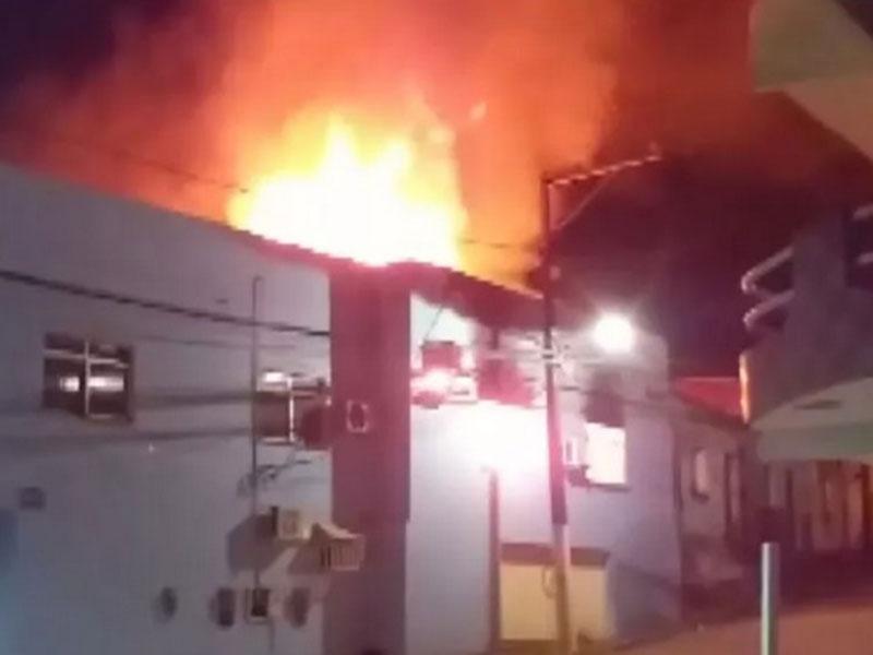 Prédio de prefeitura de São José da Vitória pega e polícia suspeita de ex-funcionário