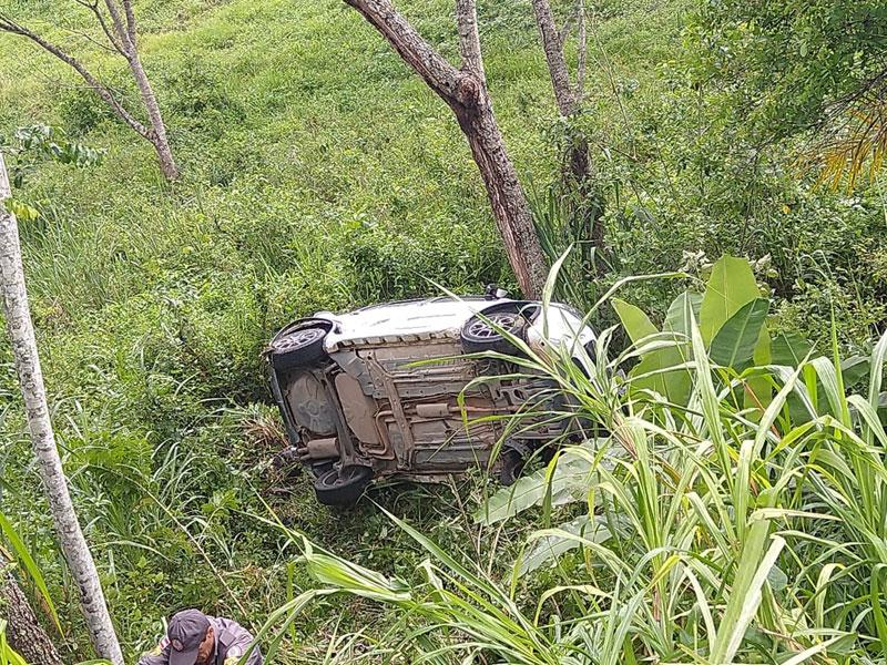 Itabuna: Quatro pessoas e um bebê ficam feridos após carro sair da pista e cair em ribanceira