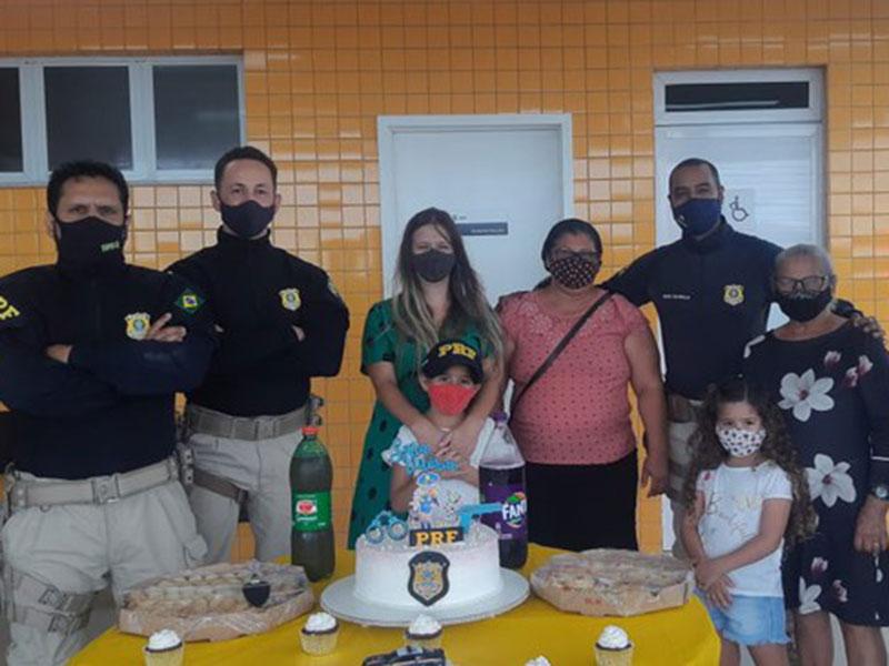 Menina que sonha em ser PRF comemora aniversário com policiais em Paulo Afonso