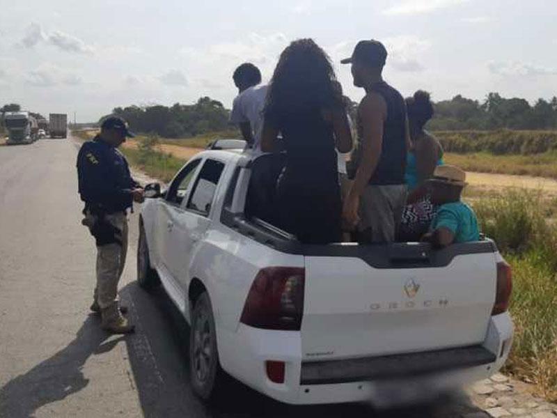 PRF flagra motorista alcoolizado e com excesso de passageiros transitando na BR 101