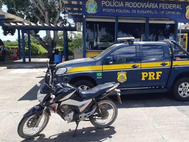 PRF flagra dupla com motocicleta furtada na BR 101 em Eunápolis