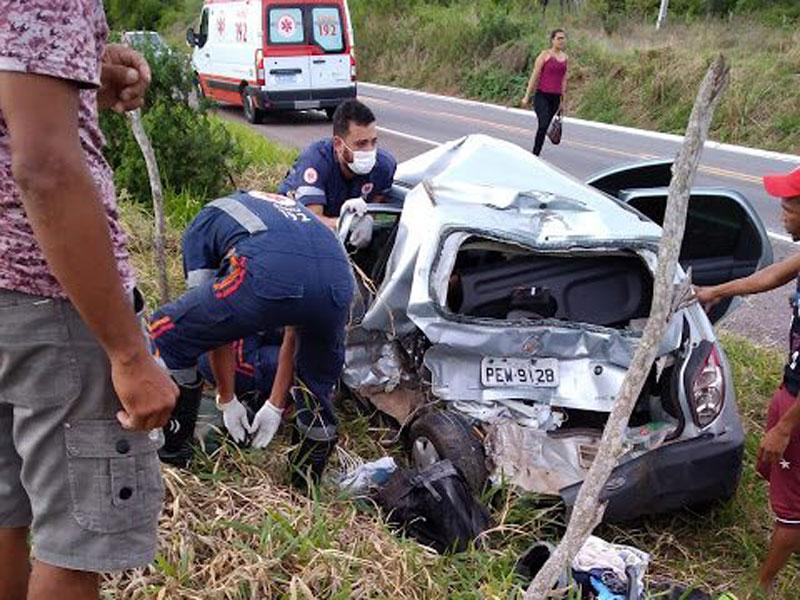 Mulher morre em acidente entre caminhão e celta na BR-407 trecho de Senhor do Bonfim
