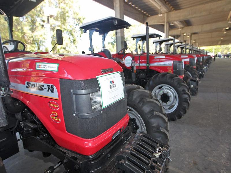 Rui entrega mais 67 tratores agrícolas a entidades de 59 municípios baianos