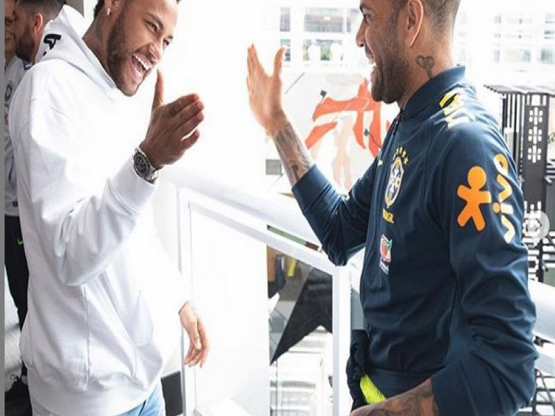 Cortado da Copa América, Neymar visita concentração da seleção brasileira em São Paulo