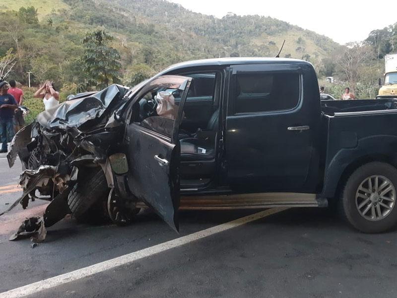 Colisão entre caminhonete e carro deixa um morto na BR-330