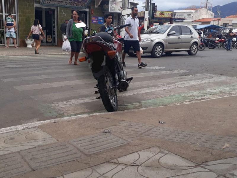 Livramento: Motocicleta é flagrada estacionada sobre faixa de pedestre