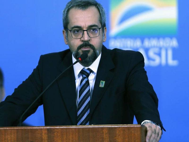 MEC quer estimular contratação de professores universitários sem concurso, diz jornal