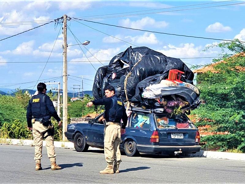 PRF flagra carro com mudança no teto e lotação excedente em Paulo Afonso