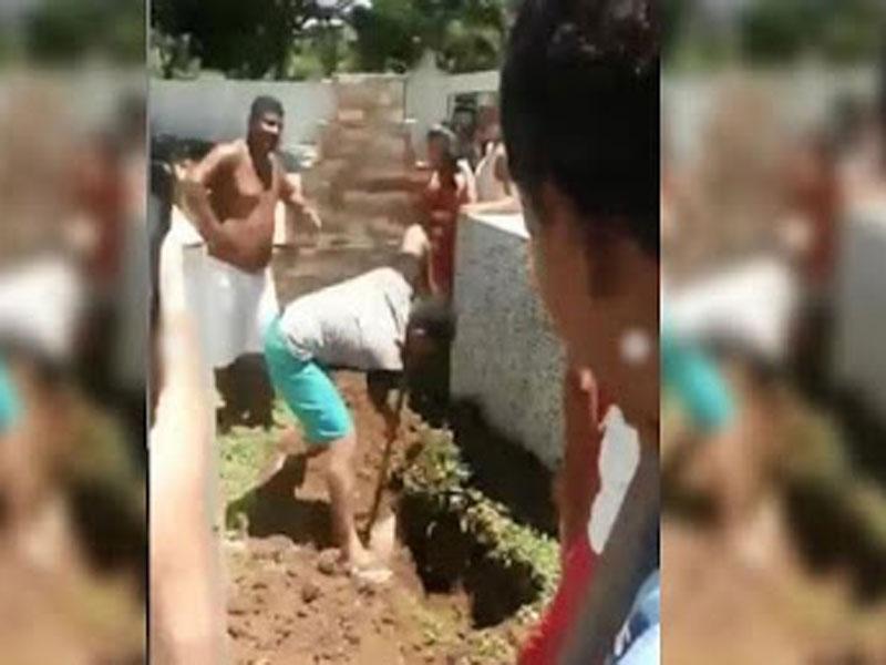 Coveiro se recusa a trabalhar e família abre cova para enterrar criança em cemitério na BA
