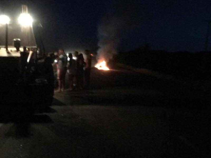 Homem morre carbonizado após motocicleta em que estava colidir contra trator e pegar fogo na BA-148