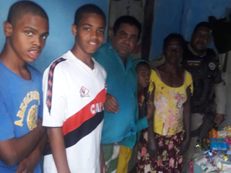 Cruz das Almas: Policiais da 27ª CIPM doam cesta básica para família carente