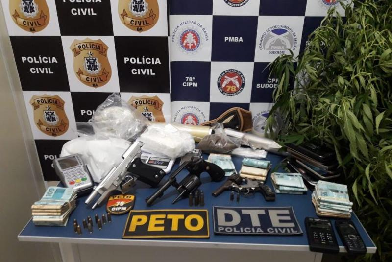 Vitória da Conquista: PM prende mãe e filho com R$ 34 mil, armas e drogas