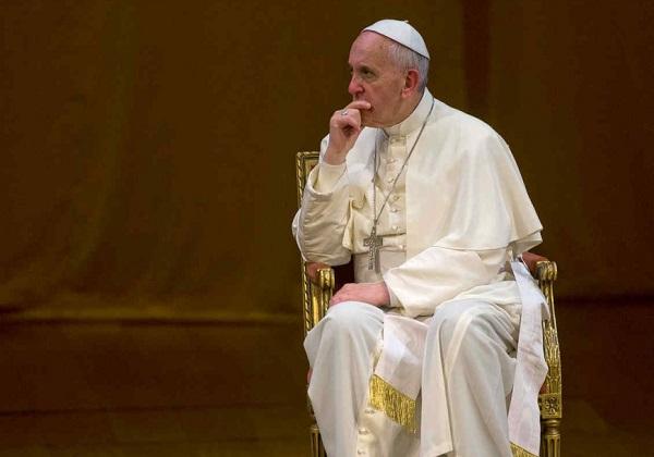 Papa compara celular a droga e pede fim da 'dependência'