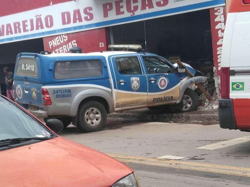 Viatura da PM colide contra ponto comercial em Brumado