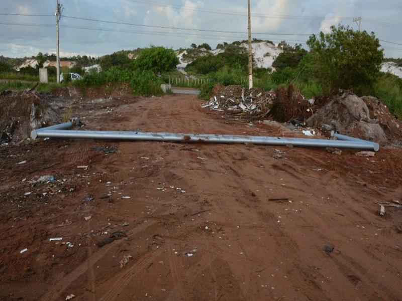 Camaçari: para extrair areia ilegalmente, caçambeiros derrubam equipamento que impedia ação