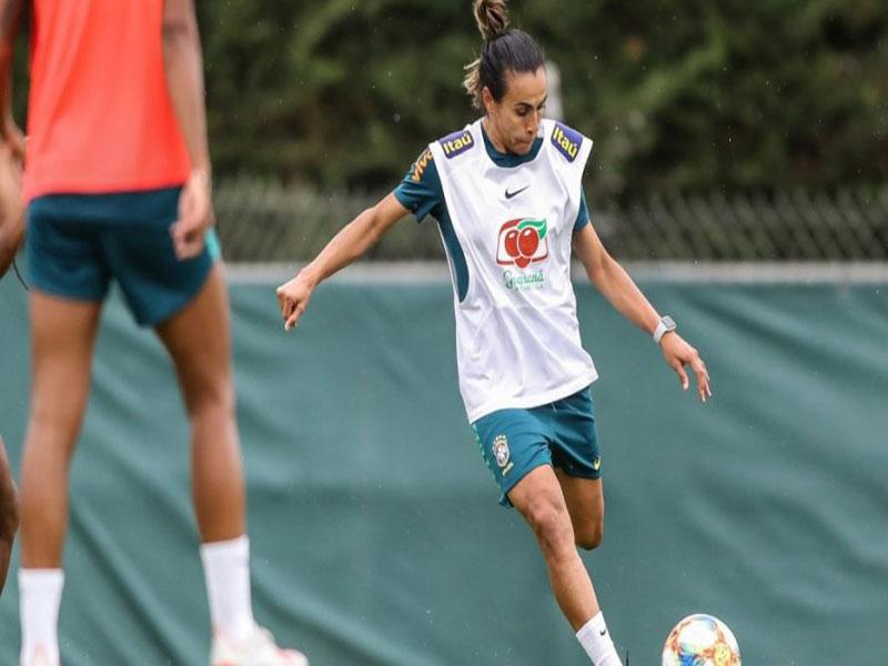 Marta treina com bola e pode ser novidade da Seleção contra Austrália