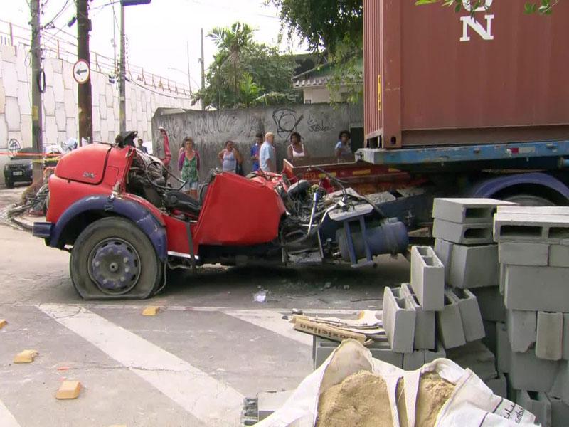 Quase 12 horas depois, operários retiram corpos de vítima de queda de viaduto no Rio