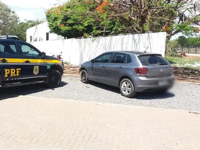 Após acompanhamento tático por 2 quilômetros na BR 242, PRF recupera veículo e prende dupla com veículo roubado