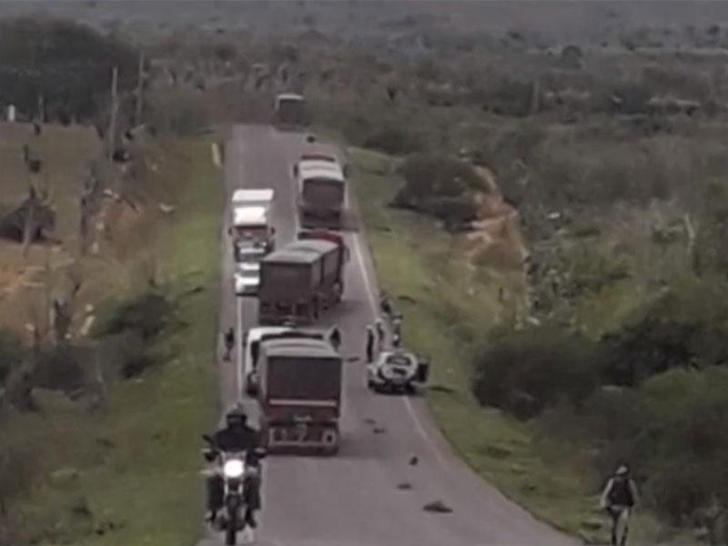 BA-233: Três pessoas em moto são atingidas por pneu de carreta e morrem