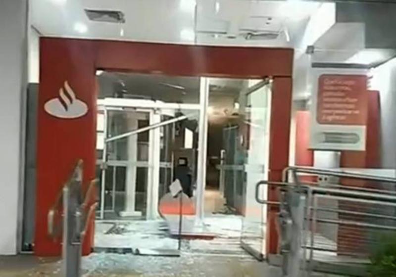 Dez assaltantes morrem após ataque a bancos em Guararema (SP)