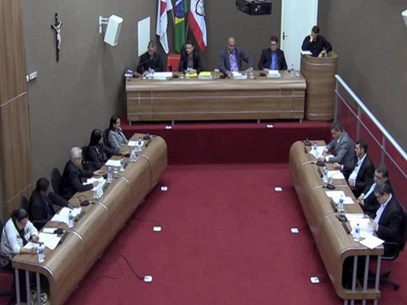 Vereadores de município em MG aprovam redução do próprio salário de R$ 6 mil para R$ 1,2 mil