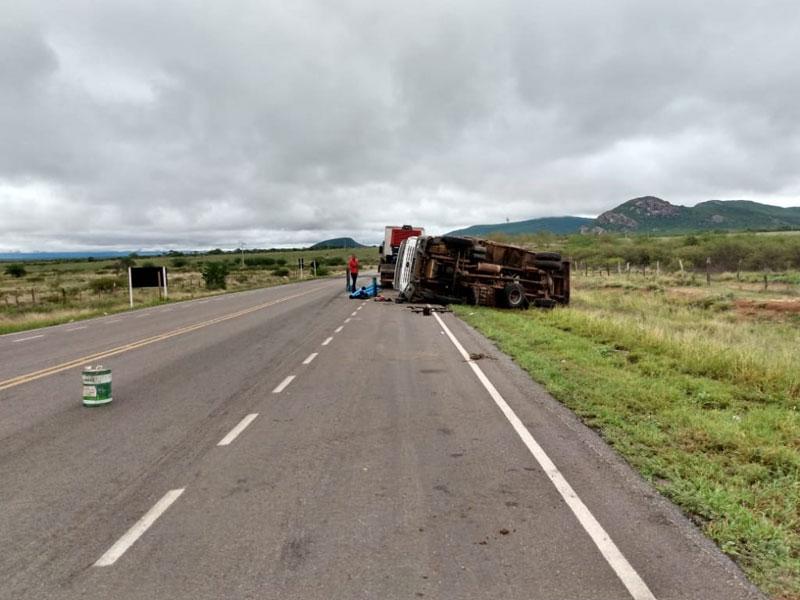 Caminhão tomba na BA-148 em Dom Basílio