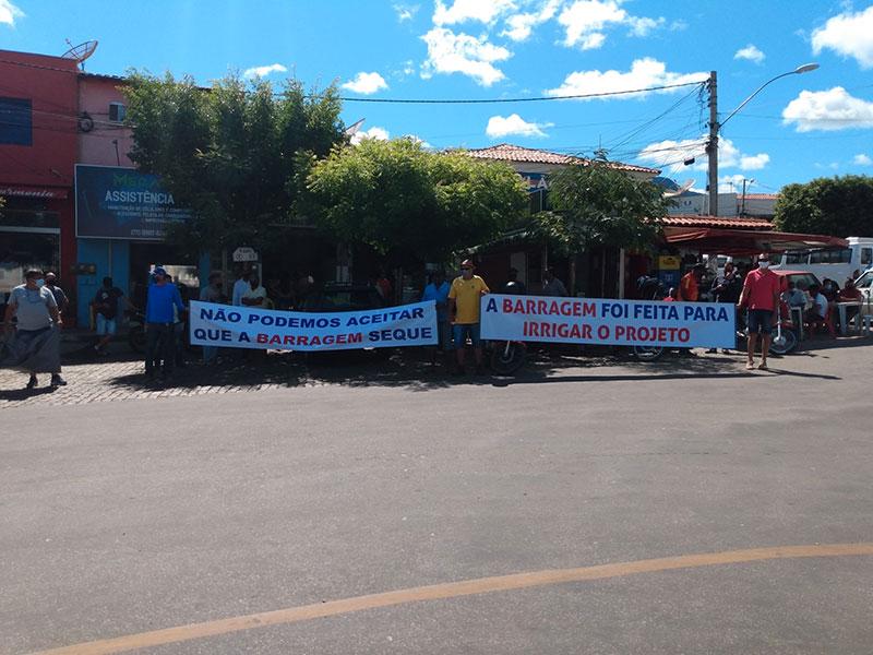 Livramento: Grupo realiza protesto contra soltura de água da Barragem Luiz Vieira para agricultores de Dom Basílio