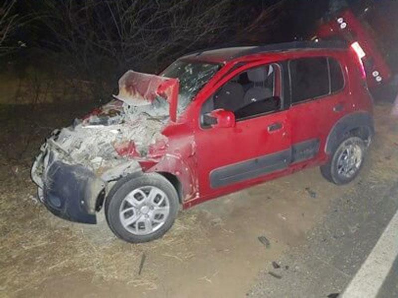 Carro colide na traseira de caminhonete, no mesmo local, onde caminhão tombou horas antes em Palmas de Monte Alto