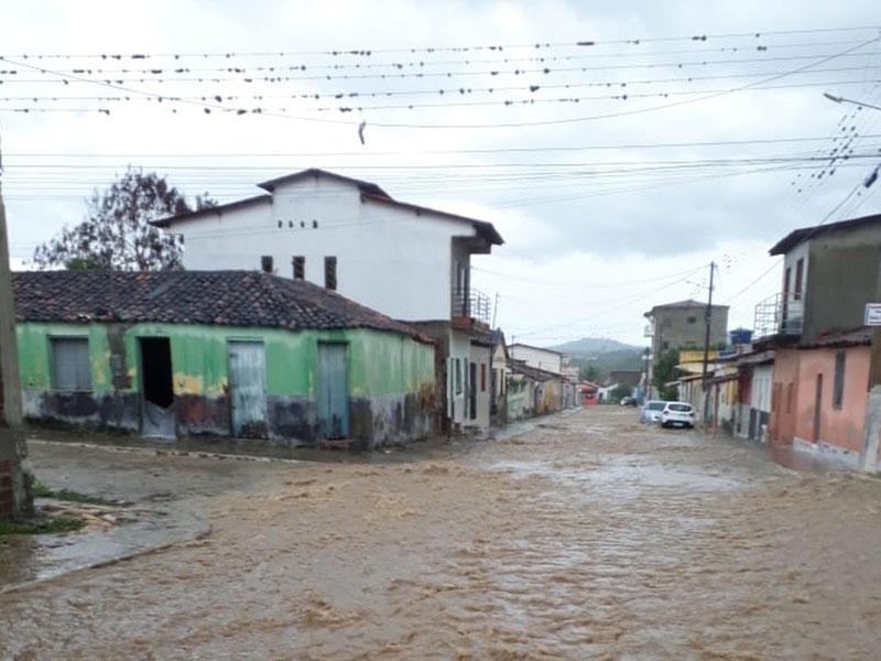 Forte chuva deixa ruas e casas alagadas em Itambé