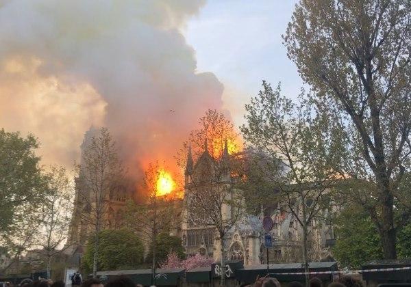 Bombeiros e especialistas analisam estrutura da Catedral de Notre-Dame