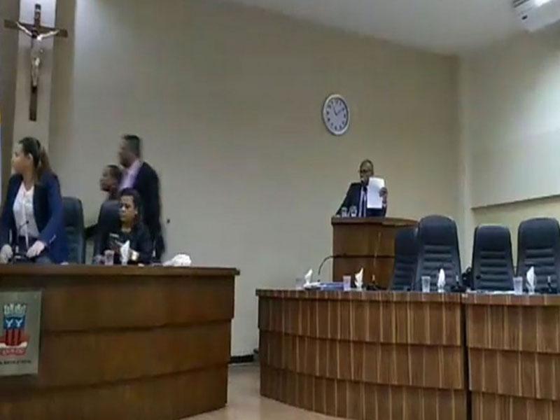 Candeias: sessão é suspensa na Câmara após confusão entre vereador e funcionário
