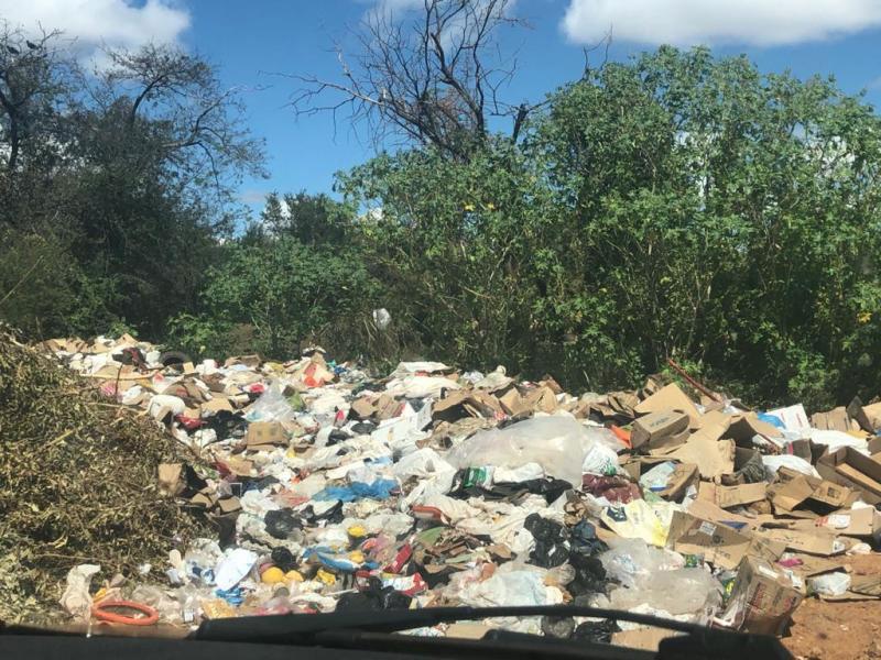 Dom Basílio: Resíduos de lixão da cidade já invadem estrada vicinal