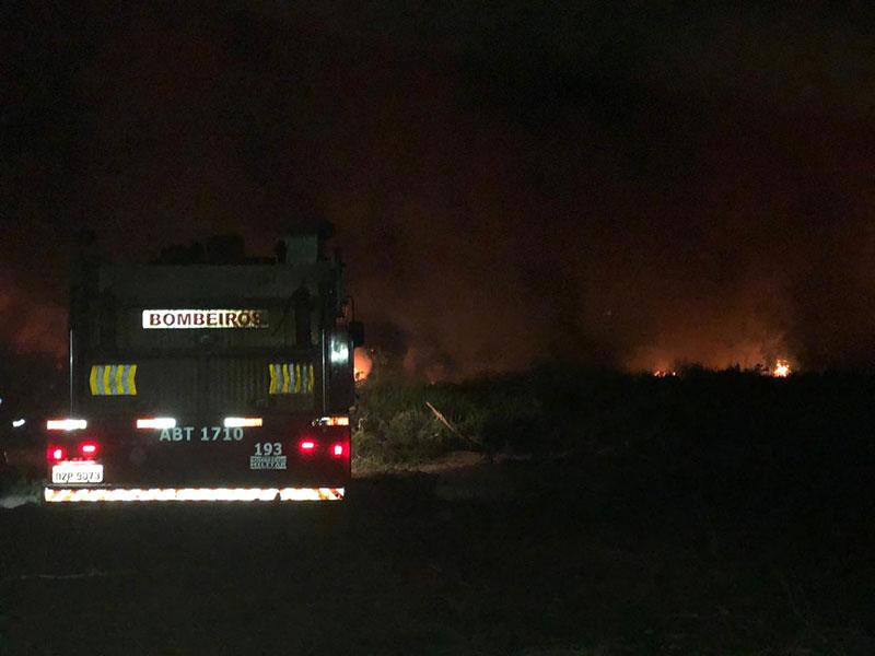 Bombeiros controlam incêndio em vegetação nos fundos do Hospital em Barreiras