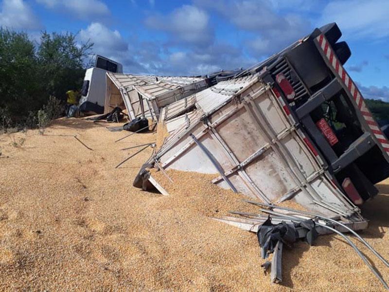 Carreta carregada com milho tomba às margens da BA-262 trecho do município de Aracatu