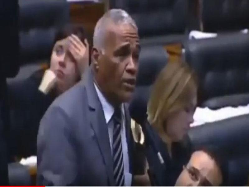 """Isidório se oferece para falar com Bolsonaro: """"pra conversar com doido, só outro doido"""""""