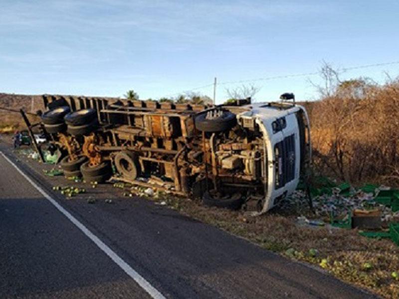 Caminhão tomba na BA-262 entre Brumado e Aracatu