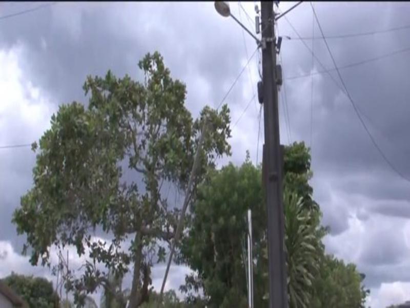 Três pessoas morrem eletrocutadas em Feira de Santana; vítimas tentavam trocar bandeira fixada em poste de metal