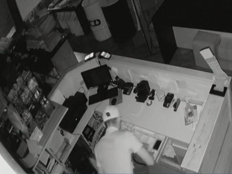 Homem é preso suspeito de arrombar loja em Vitória da Conquista e roubar mais de 40 peças de roupas; vídeo flagrou crime