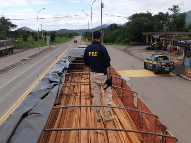 PRF apreende madeira nativa transportada ilegalmente em Senhor do Bonfim