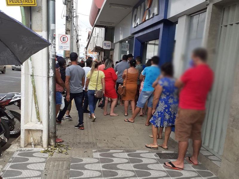 Livramento: Em meio a pandemia, pessoas não seguem recomendações e se aglomeram em frente a bancos
