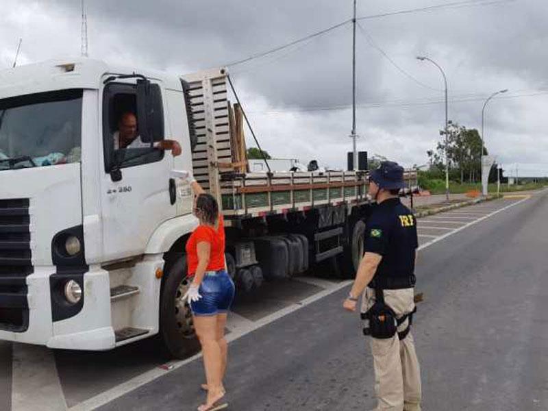 PRF e voluntários se mobilizam e distribuem refeições gratuitas a caminhoneiros